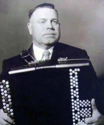 Павел Гвоздёв с баяном своей конструкции