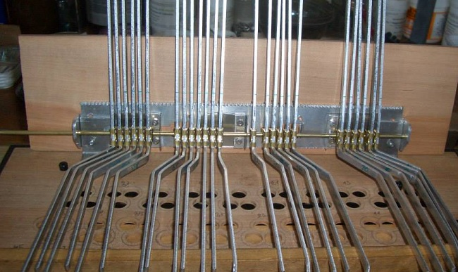 Дюралевые рычаги на оси в процессе установки