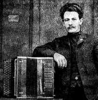 Я.Ф.Орланский-Титаренко с баяном. Осень 1907 г